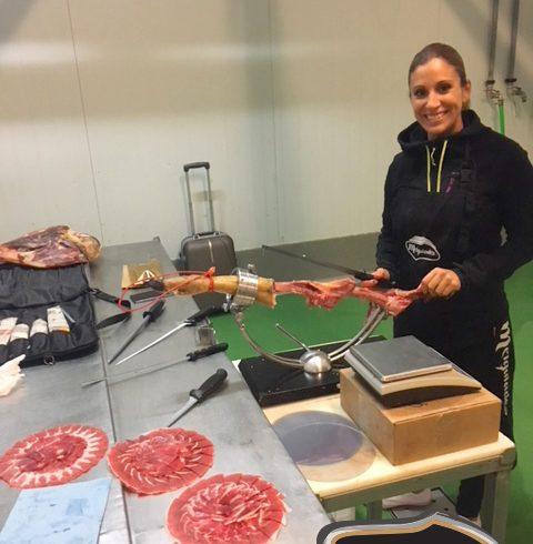 Silvia Andrada, reciente ganadora del Concurso Regional de Cortadores de Jamón de CyL, en Melquiades Rodríguez