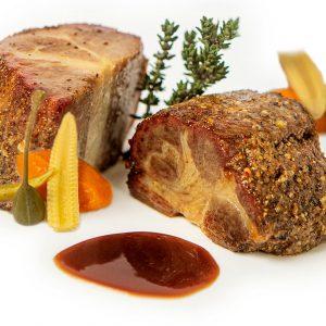 Pastrami de Collar Ibérico con salsa de vegetales y tempranillo con guarnición